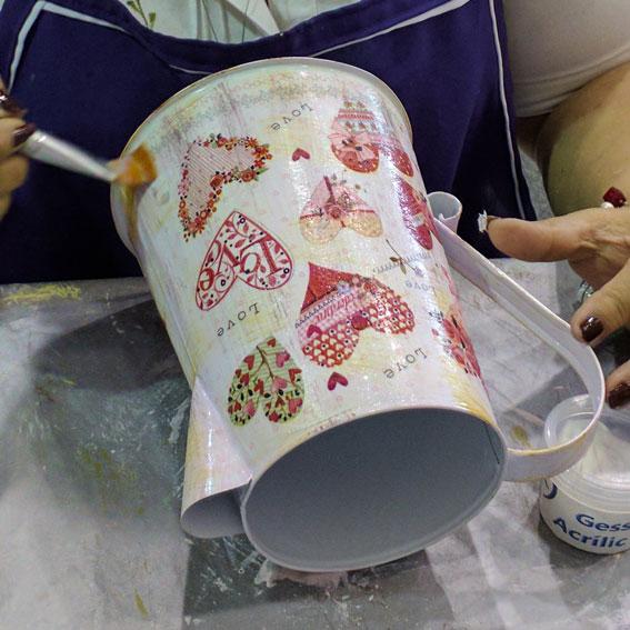 En la imagen se decora una jarra cafetera de lámina galvanizada con la servilleta SRL01031. Foto cortesía de Macetas y Regaderas Vintage Macualliohtli