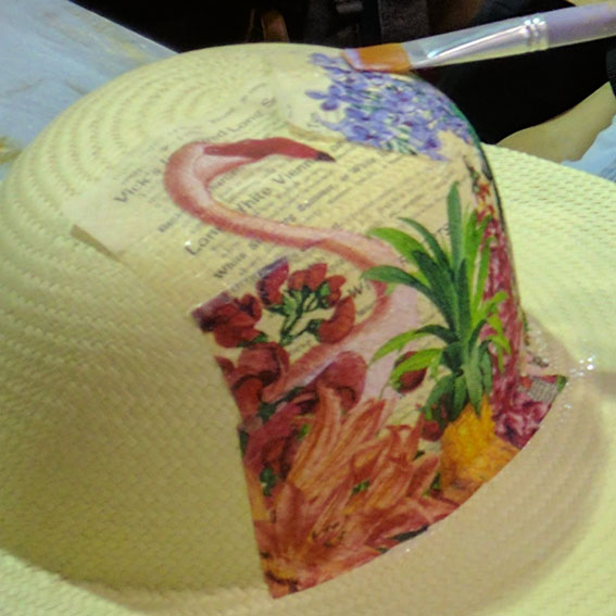 En la imagen, mi vecina de Stand decora un sombreo de paja; durante mi estancia como expositor en la expo de Veracruz. Código de la servilleta no disponible. Foto S69, Servilletas Alemanas